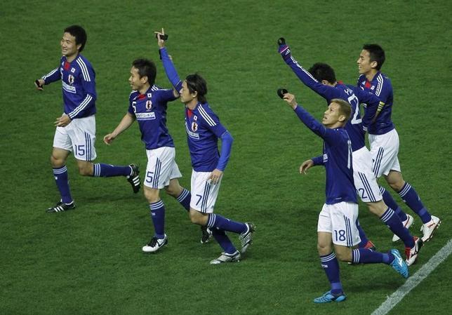 3月24日、スポーツのライブ中継で日本に上陸したDAZN(ダ・ゾーン)が順調に加入者数を伸ばしている。起爆剤となったのはNTTドコモとの提携で、加入者は30万件を突破したもようだ。写真は2011年3月、大阪長居スタジアムで行われたブルー・サムライとJリーグ・オールスターチームとの慈善試合(2017年 ロイター/Toru Hanai)