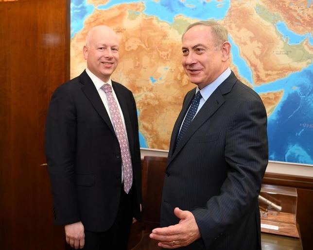3月23日、米政府は、イスラエルとのハイレベル協議で、イスラエルの入植活動への懸念をあらためて示したものの具体的な合意はなく終わった。写真左は米国のグリーンブラット中東特使、右はイスラエルのネタニヤフ首相。13日イスラエル首相官邸で撮影されたもの。在テルアビブ米国大使館提供(2017年 ロイター)