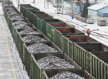Вагоны с углем на ж/д станции Злобино в Красноярске. 26 ноября 2014 года. Один из крупнейших в России производителей коксующегося угля - Распадская - вернулся к чистой прибыли по итогам 2016 года против убытка годом ранее, сообщила компания в пятницу. REUTERS/Ilya Naymushin