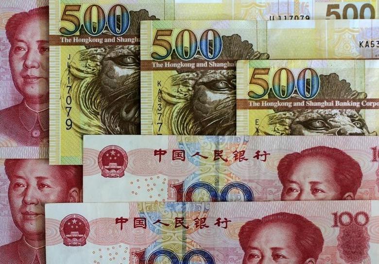 资料图片:2010年8月,中国香港,港元和人民币纸币。REUTERS/Bobby Yip