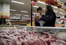 Membros da Vigilância Sanitária recolhem amostras de carne em supermercado no Rio de Janeiro 20/03/2017 REUTERS/Ricardo Moraes