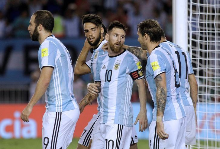 Football Soccer - Argentina v Chile - World Cup 2018 Qualifiers - Antonio Liberti Stadium, Buenos Aires, Argentina - 23/3/17 - Argentina's Lionel Messi (C) and team mates celebrate Messi's goal. REUTERS/Alberto Raggio