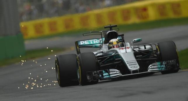3月24日、自動車レースF1の今季開幕戦、オーストラリアGPフリー走行、通算3回の個人総合優勝を誇るルイス・ハミルトンが1分23秒620の最速タイムを記録した(2017年 ロイター/Jason Reed)