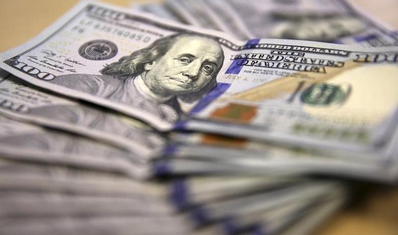 资料图片:2014年8月,美元纸币。REUTERS/Siphiwe Sibeko