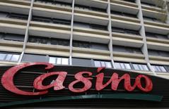 Casino a décidé de suspendre la procédure de vente de sa participation dans Via Varejo. /Photo d'archives/REUTERS/Jacky Naegelen