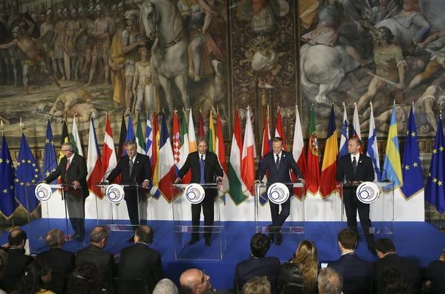 3月25日、英国を除くEU27カ国はローマ条約調印60周年を記念する首脳会議を開き、域内や世界的な危機で揺らいだ結束の強化に向け新たな「ローマ宣言」を採択した。各国首脳の共同会見(2017年 ロイターRemo Casilli - RTX32OA0)