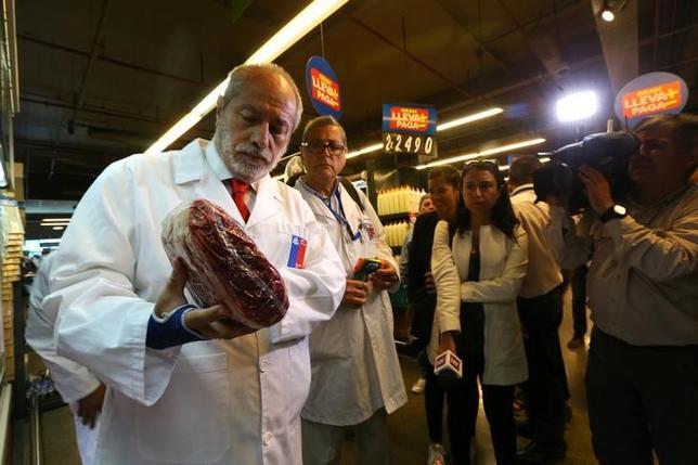 3月25日、中国当局は、ブラジルの食肉不正疑惑を受けて決めた禁輸措置を解除すると発表した。これに先立ち、ブラジル側は疑惑を巡る捜査の詳細を明らかにしていた。写真はチリ・サンチアゴでブラジルからの輸入肉を検査するチリ政府公衆衛生検査官。23日撮影(2017年 ロイター/Ivan Alvardo)