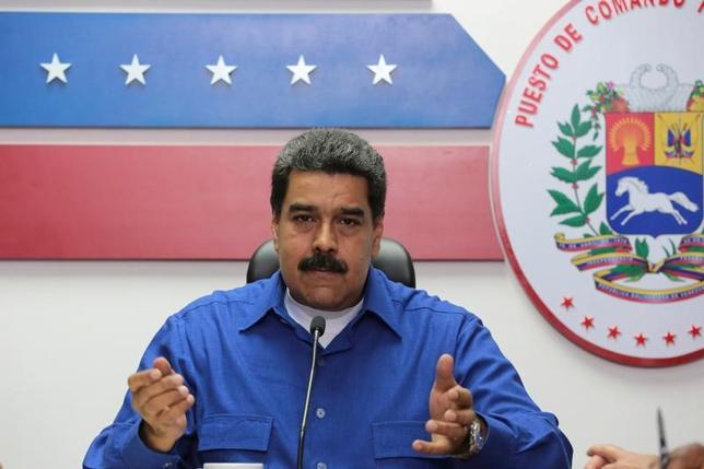 3月25日、ベネズエラのマドゥロ大統領(写真)は24日、国連開発計画(UNDP)幹部のジェシカ・ファイエタ氏と会談し、医薬品不足が深刻化しているとして、国連に支援を求めた。国営テレビが伝えた。写真は14日、カラカスで行われた閣僚会議で撮影。提供写真(2017年 ロイター)