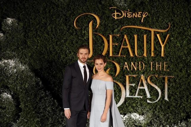 3月26日、バラエティ・ドット・コムによると、週末の北米映画興行収入ランキングは、米娯楽大手ウォルト・ディズニーの実写版「美女と野獣」(日本公開4月21日)が8830万ドル(約97.5億円)を稼ぎ、先週に続き首位を維持した。2週目のこの成績は過去4番目の記録。写真は2月にロンドンで撮影(2017年 ロイター/Neil Hall)