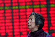 Инвестор в брокерской конторе в Шанхае 3 января 2017 года. Фондовый рынок Китая снизился в понедельник, поскольку оптимизм в связи с данными о росте прибыли промышленных предприятий, развеяло беспокойство о новых ограничениях на рынке недвижимости и признаки дальнейшего ужесточения денежно-кредитной политики.  REUTERS/Aly Song