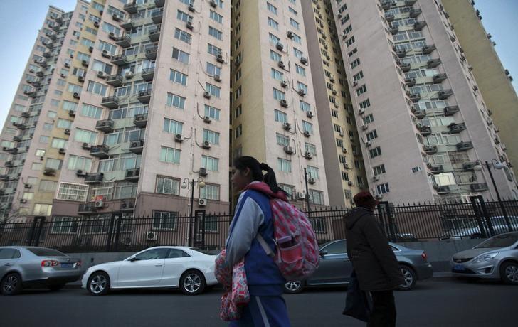资料图片:2013年12月,走在路上的一名学生经过北京一处学区房。REUTERS/Iris Zhao