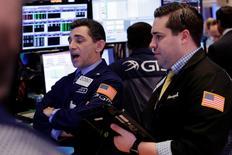 La Bourse de New York a ouvert en net recul lundi. Quelques minutes après le début des échanges, l'indice Dow Jones perd 0,68%. /Photo prise le 22 mars 2017/REUTERS/Lucas Jackson