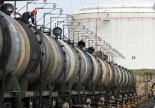 Цистерны на нефтяном терминале Роснефти в Архангельске 30 мая 2007 года.  Цены на нефть снизились более чем на один процент на вечерних торгах в понедельник из-за сомнений инвесторов в продлении глобального пакта о сокращении добычи. REUTERS/Sergei Karpukhin