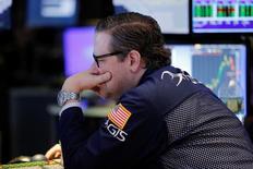 Трейдер на торгах Нью-Йоркской фондовой биржи 27 марта 2017 года. Основные фондовые индексы Уолл-стрит достигли минимальных значений за последние шесть недель в начале торгов понедельника на фоне сомнений в том, что президент Дональд Трамп сможет реализовать свою масштабную экономическую программу после неудачи с планом реформирования системы медицинского страхования США. REUTERS/Lucas Jackson
