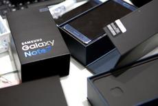 Samsung Electronics a annoncé lundi son intention de vendre des versions reconditionnées à neuf de ses smartphones Galaxy Note 7 qui avaient été retirés du marché en raison d'un risque d'explosion de leurs batteries. /Photo d'archives/REUTERS/Kim Hong-Ji