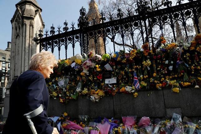 3月27日、英国の警察当局はロンドンの国会議事堂付近で先週起きた襲撃事件について、実行犯として現場で射殺されたハリド・マスード容疑者と過激派組織「イスラム国(IS)」、あるいは「アルカイダ」とのつながりを示す証拠は見つかっていないと発表した。写真は犠牲者を悼んで事件現場に置かれた花束(2017年 ロイター/Stefan Wermuth)