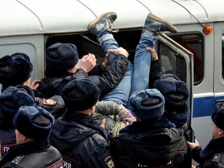 Маразм крепчает...Задержанных на митингах в РФ держат в автозаках - в спецприемниках не хватает мест