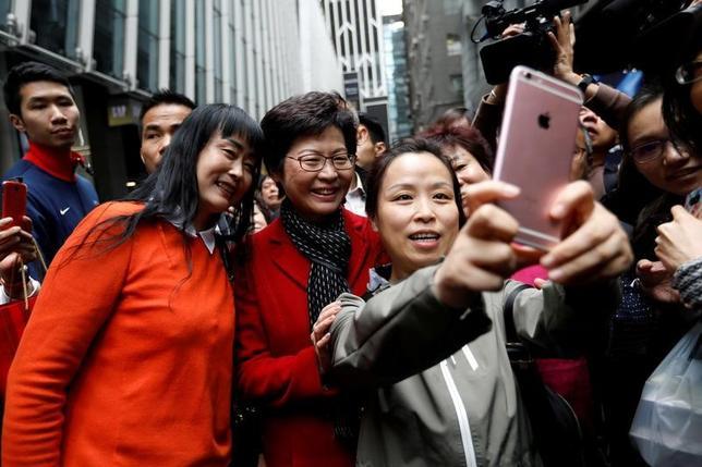 3月27日、新香港行政長官となる林鄭月娥(キャリー・ラム)氏(中央)が訴える消費刺激策は一部で喜ばれるかもしれないが、真のテストは法の支配を強化できるかだ。香港で撮影(2017年 ロイター/Tyrone Siu)