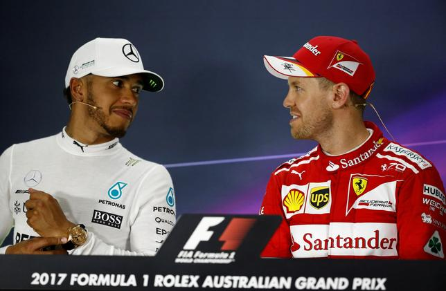 3月27日、自動車レースF1、メルセデスのルイス・ハミルトン(左)は、今季開幕戦、オーストラリアGPでのフェラーリの復活を歓迎した。写真右はフェラーリのセバスチャン・フェテル。メルボルンで26日撮影(2017年 ロイター/Brandon Malone)