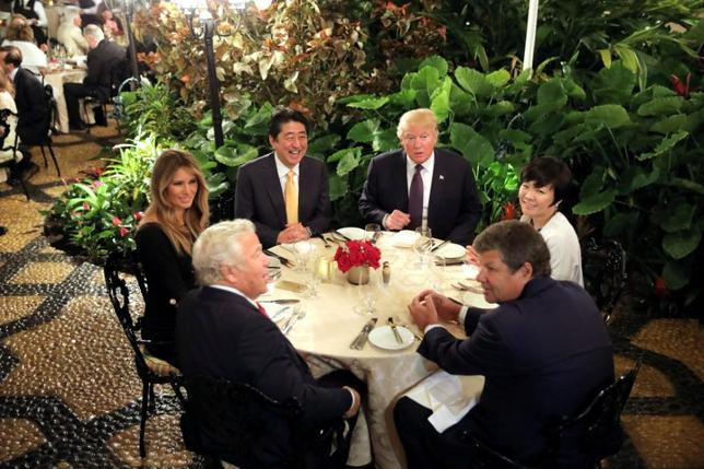 3月27日、米連邦議会行政監査局(GAO)は、トランプ米大統領が経営するフロリダ州にあるリゾート施設「マー・ア・ラゴ」で機密情報がどのように扱われているかなどを調査すると発表した。写真はマー・ア・ラゴで夕食を取る日本の安倍首相夫妻やトランプ大統領夫妻ら。パームビーチで2月撮影(2017年 ロイター/Carlos Barria)