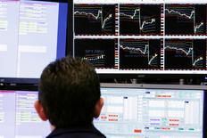Трейдер на торгах Нью-Йоркской фондовой биржи 27 марта 2017 года. Американский фондовый индекс S&P 500 сократил потери, но завершил торги понедельника небольшим снижением, тогда как Dow упал восьмую сессию подряд, поскольку участники рынка сомневаются в возможности реализации экономических реформ президента США Дональда Трампа. REUTERS/Lucas Jackson