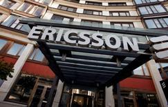 Ericsson a annoncé mardi qu'il passerait des provisions, des charges de dépréciation et des charges de restructuration dans ses comptes de 2017, essentiellement dans ceux du premier trimestre, dévoilant au passage une nouvelle structure de ses activités. /Photo d'archives/REUTERS/Bob Strong