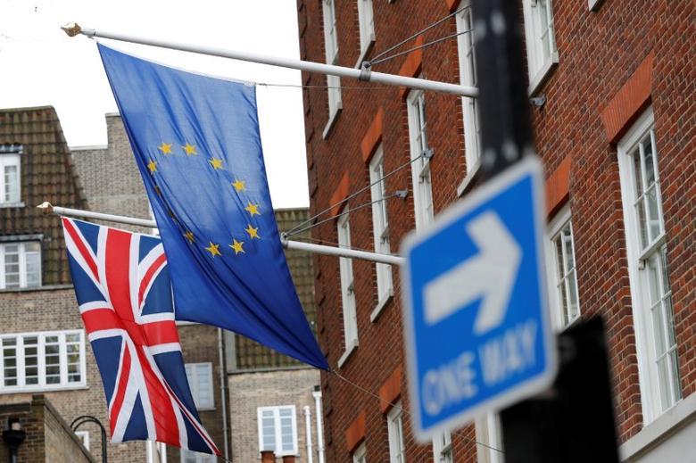 2017年3月20日,英国伦敦,欧盟和英国旗帜。REUTERS/Stefan Wermuth
