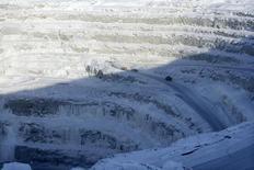 Вид на алмазное месторождение Diavik, расположенное на Северо-Западных территориях в Канаде. 13 февраля 2008 года. Канадская Dominion Diamond объявила о начале приёма заявок на покупку компании, отклонив добровольное предложение американского миллиардера Денниса Вашингтона в $1,1 миллиарда, что привело к взлёту котировок компании, входящей в пятёрку крупнейших мировых производителей алмазов. REUTERS/Cameron French