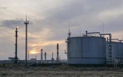 Нефтегазоперерабатывающий завод в Кызылординской области Казахстана. 21 января 2016 года. Казахстан в марте 2017 года может немного увеличить добычу нефти, после того как в феврале превысил лимит добычи сырья в рамках договоренностей ОПЕК, но сократит в апреле, сообщил во вторник министр энергетики Канат Бозумбаев. REUTERS/Shamil Zhumatov