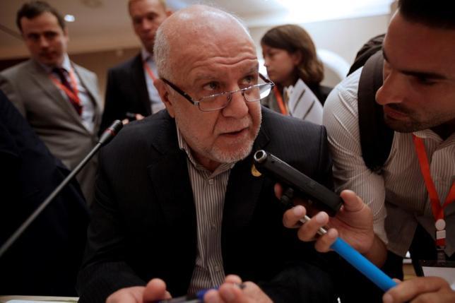 3月28日、イランのザンギャネ石油相は、訪問中のロシア・モスクワで、世界的な協調減産は延長される見通しだが、その交渉には、十分な時間が必要との考えを示した。写真はアルジェで昨年9月撮影(2017年 ロイター/Ramzi Boudina)