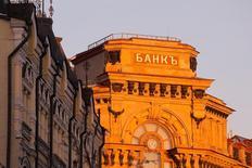 Вывеска банка на здании в центре Москвы 21 ноября 2016 года. Глава Центробанка РФ Эльвира Набиуллина считает, что процесс очищения банковского сектора от недобросовестных игроков может занять еще два-три года.      REUTERS/Maxim Shemetov