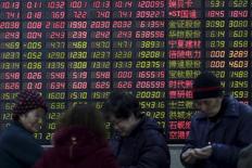 Инвесторы в брокерской конторе в Шанхае. 15 февраля 2016 года. Китайский фондовый рынок снизился во вторник из-за опасений о нехватке ликвидности, поскольку центробанк Китая не стал вливать краткосрочные средства в банковскую систему третий день подряд. REUTERS/Aly Song