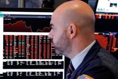 Трейдер на фондовой бирже в Нью-Йорке. 27 марта 2017 года. Американский фондовый рынок растёт во вторник, поскольку инвесторы предпочли проигнорировать первую крупную неудачу Дональда Трампа и теперь ждут комментариев нескольких чиновников ФРС США, в том числе и главы регулятора Джанет Йеллен. REUTERS/Lucas Jackson