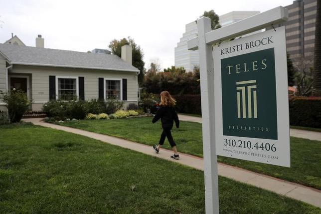3月28日、1月の米S&Pコアロジック・ケース・シラー住宅価格指数は、主要20都市圏の住宅価格動向を示す指数が2014年7月以来の大幅な伸びを記録した。写真は21日、サンタモニカの販売物件を撮影(2017年 ロイター/Lucy Nicholson)