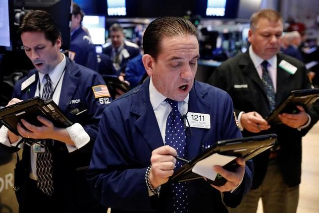 3月28日、米国株式市場は、好調な経済指標の発表が重なったことを背景に主要指数がそろって上昇。金融株やエネルギー株を中心に買いが入った。ニューヨーク証券取引所で22日撮影(2017年 ロイター/Lucas Jackson)