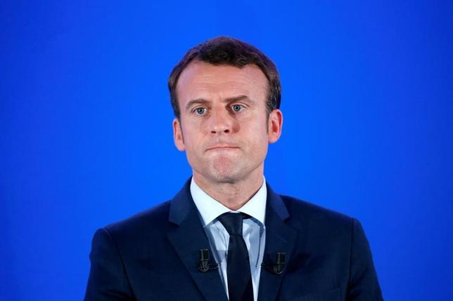 3月28日、フランス大統領選の中道系独立候補、マクロン前経済相(写真)は、来月の選挙で勝利した場合、6月の議会選挙で自身の政策集団が議会の多数派となる可能性もあると述べた。パリで28日撮影(2017年 ロイター/Charles Platiau)