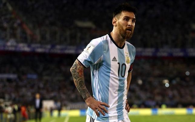 3月28日、サッカーのアルゼンチン代表FWリオネル・メッシ(29)に、国際サッカー連盟(FIFA)から代表戦4試合の出場停止処分が下った。23日のチリ戦(写真)で副審に侮辱的な言動を行ったことによる(2017年 ロイター/MarcosBrindicci)
