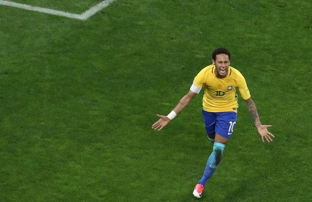 3月28日、サッカーの2018年ワールドカップ(W杯)ロシア大会南米予選が28日に各地で行われ、ブラジルはホームでパラグアイに3─0で勝利を収め、8連勝を飾った。写真はゴールを決めたネイマール(2017年 ロイター/Paulo Whitaker)
