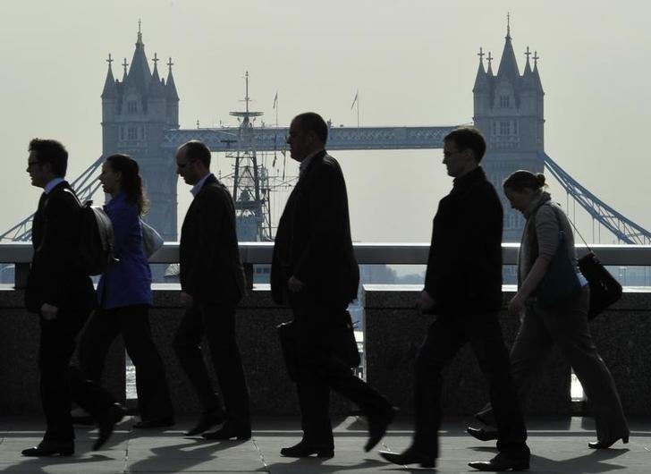 资料图片:2011年4月,早晨高峰时段的通勤者经过伦敦桥。REUTERS/Toby Melville