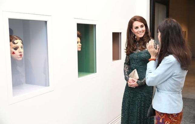 3月28日、英ロンドンにあるナショナル・ポートレート・ギャラリーでガラパーティーが催され、英王室のキャサリン妃も出席した。展示作品を鑑賞し、英女性作家ジリアン・ウェアリングから作品について説明を受けるなどした(2017年 ロイター/Neil Hall)