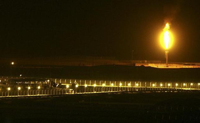 3月28日、スイスのローザンヌで開催中のFTコモディティーズ・グローバル・サミットに出席した大手石油商社の幹部は、石油輸出国機構(OPEC)とOPEC非加盟の産油国による減産合意が今年末まで半年間延長されるとの見方を示した。写真はサウジアラビア・シャイバ油田の夜の風景。2007年11月撮影(2017年 ロイター/Ali Jarekji)