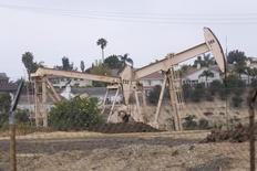 Станки-качалки в Лос-Анджелесе 6 мая 2008 года. Цены на нефть сохраняют положительную динамику утром в среду на фоне резкого перебоя в поставках из Ливии, а также благодаря разговорам о возможном продлении глобального пакта ОПЕК+. REUTERS/Hector Mata