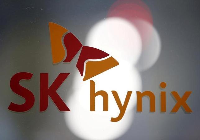 3月29日、韓国のSKハイニックスが率いるコンソーシアムが、東芝の半導体メモリー事業売却の入札に90億ドル以上の価格を提示したもようだ。写真はSKハイニックスのロゴ。城南市で昨年4月撮影(2017年 ロイター/Kim Hong-Ji)