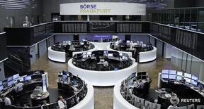 Трейдеры на торгах фондовой биржи во Франкфурте-на-Майне 1 февраля 2017 года. Европейские фондовые рынки открыли ростом торги среды, пока Великобритания готовится формально начать процедуру развода с Европейским союзом, в состав которого она вошла в 1973 году. REUTERS/Staff/Remote
