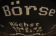 """La Commission européenne a annoncé mercredi opposer son veto au projet de fusion entre Deutsche Börse et le London Stock Exchange (LSE), en estimant que l'opération aurait conduit à la création d'un """"monopole de fait"""" sur les marchés de la compensation des instruments à revenu fixe. /Photo d'archives/REUTERS/Kai Pfaffenbach"""