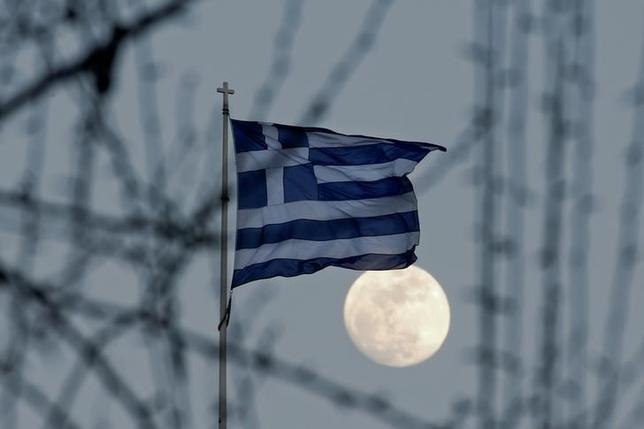 3月29日、ギリシャは4月7日の財務相会合(ユーログループ)を前に、支援融資実行の条件である労働市場改革、歳出削減、エネルギー問題を巡り債権団と合意に達したもようだ。写真はギリシャ国旗、アテネで2月撮影(2017年 ロイター/Alkis Konstantinidis)