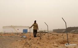 Боец Вооруженных сил Ливии (Libyan National Army) у нефтехранилищ к югу от Рас-Лануфа 16 марта 2017 года. Добыча нефти в Ливии снизилась на 252.000 баррелей в сутки из-за остановки производства на западных месторождениях Шарара и Вафа в результате вооружённых протестов, сказал во вторник источник в Национальной нефтяной корпорации Ливии (NOC). REUTERS/Esam Omran Al-Fetori