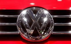 Volkswagen a porté plainte auprès d'un tribunal munichois à la suite des perquisitions effectuées chez le cabinet d'avocats qu'il a engagé pour procéder à une enquête sur le scandale des émissions. /Photo prise le 8 mars 2017/REUTERS/Arnd Wiegmann