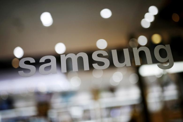 FILE PHOTO: The logo of Samsung Electronic is seen at its headquarters in Seoul, South Korea, in this file photo taken on April 4, 2016. REUTERS/Kim Hong-Ji/File Photo