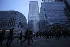 Workers walk to work during the morning rush hour in the financial district of Canary Wharf in London, Britain, January 26, 2017.  REUTERS/Eddie Keogh